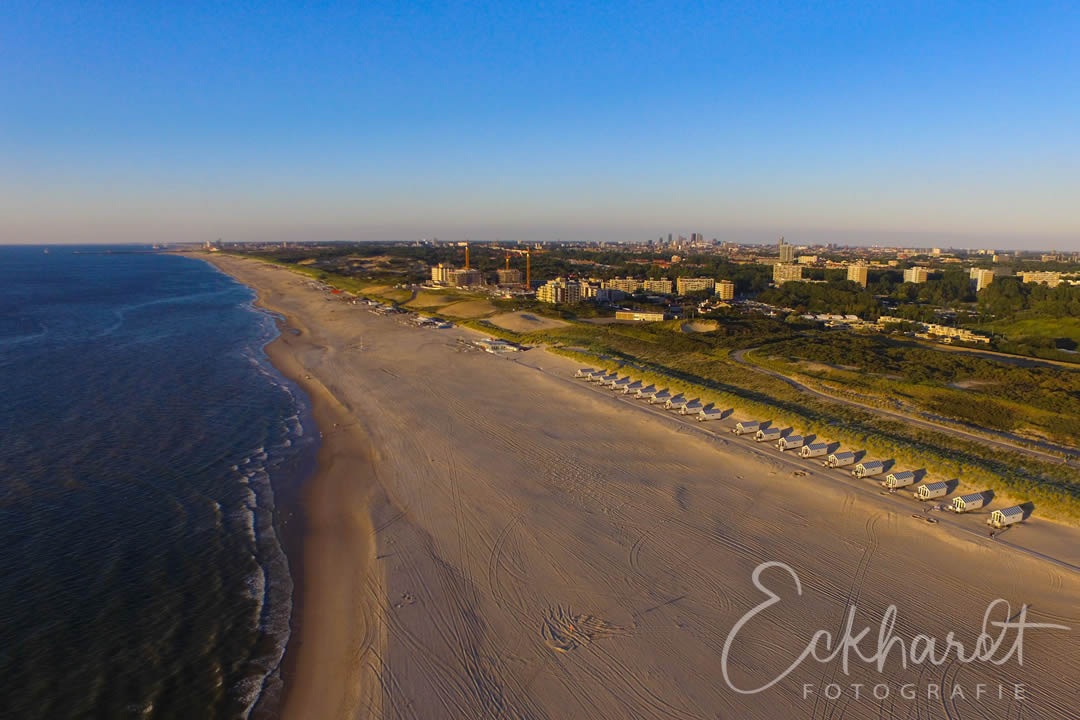De ultieme rust van het strand voor zonsondergang