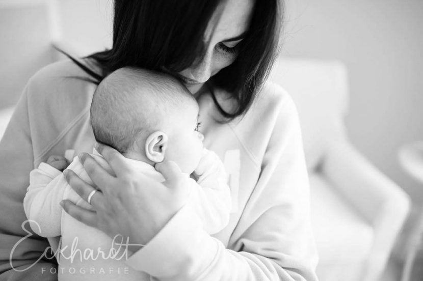 Lifestyle newborn fotografie bij jou thuis